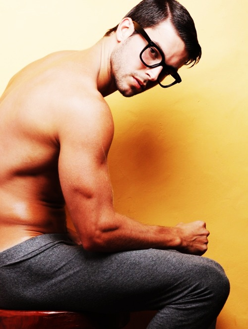 http://hollywoodbollywoodactress-fashion.blogspot.com/2012/06/monday-sexy-men.html